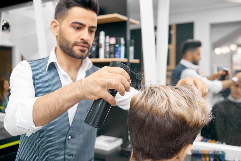 Robić nowej fryzurze dla samiec wzorcowego używa lakier do włosów zdjęcie stock