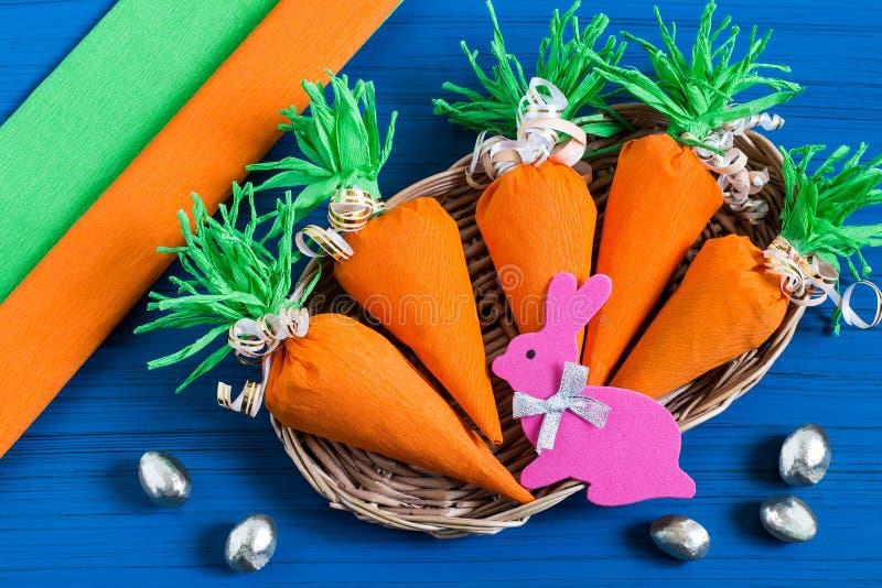 Robić pakunkowi dla Wielkanocnego słodkiego prezenta Krok 9 fotografia stock