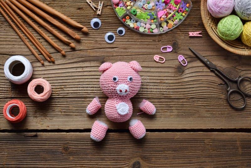 Robić różowej świni Szydełkuje zabawkę dla dziecka Na stołowych niciach, igły, haczyk, bawełniana przędza Krok 1 - dzia wszystkie obraz royalty free