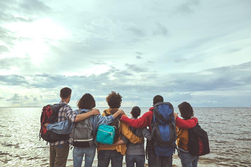 Robić rodziny ściska patrzeć morze fotografia royalty free