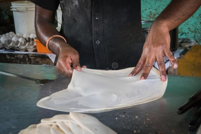 Robić Roti Canai, Roti kulinarny proces, roti smażył indyjskiego jedzenie zdjęcie stock