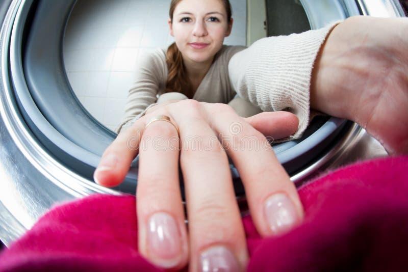 robić sprzątania pralnianym kobiety potomstwom obrazy royalty free