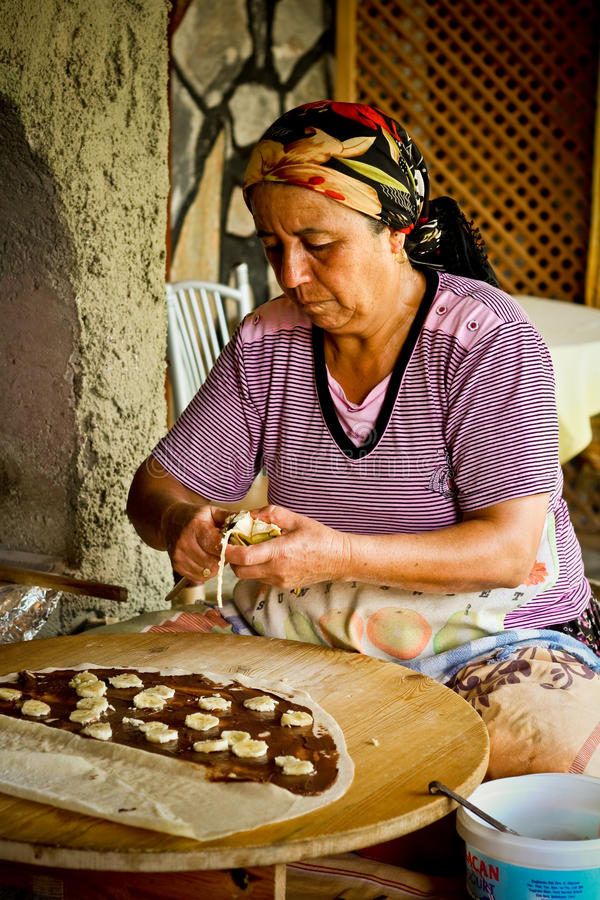 robić tradycyjnej tureckiej kobiety blinom fotografia stock