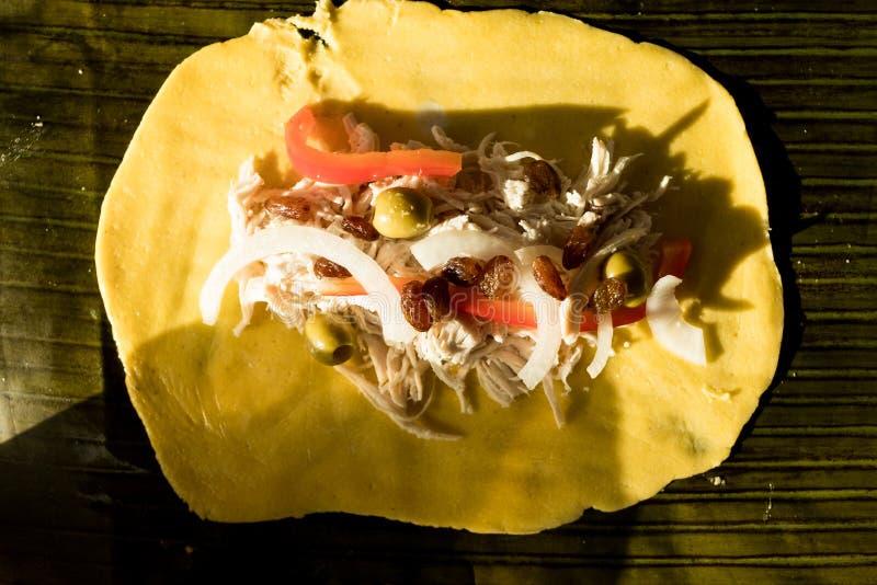 Robić wenezuelskim bożym narodzeniom rozdaje hallacas z wszystkie składnikami na stole zdjęcie royalty free