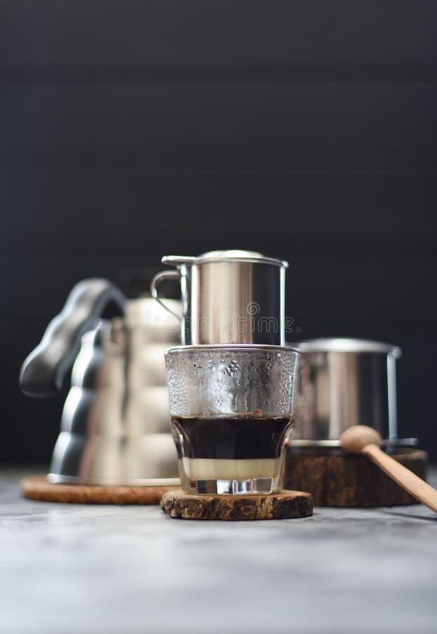 Robić Wietnamskiej kapinos kawie Tradycyjny Wietnamski kawowego producenta phin i gąski szyi czajnik na ciemnej tło kopii przestr fotografia stock