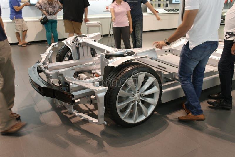 Robić zakupy dla elektrycznego samochodu zdjęcia royalty free