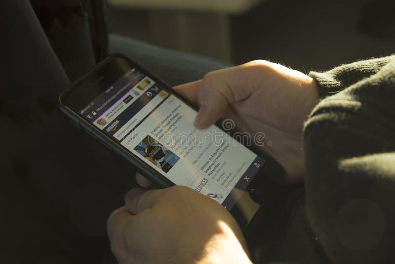Robić zakupy na amazonce z telefonem komórkowym obraz stock