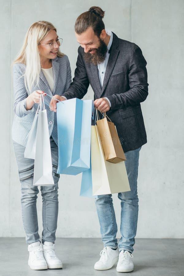 Robić zakupy niespodzianki kobiety przedstawienia zakupu mężczyzna torby fotografia royalty free