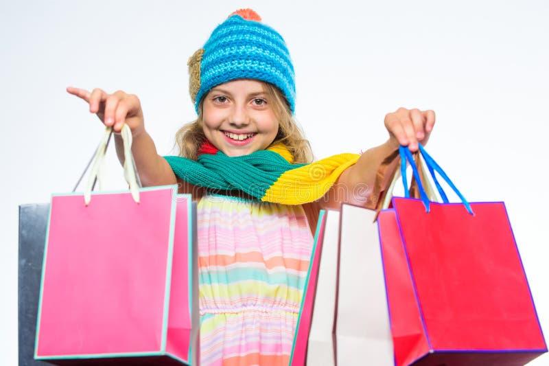 Robić zakupy spadek zimy sezon piątek czarny zakupy Dziewczyny twarzy jesieni śliczna odzież dziający szalik i kapelusz trzymamy  zdjęcie stock