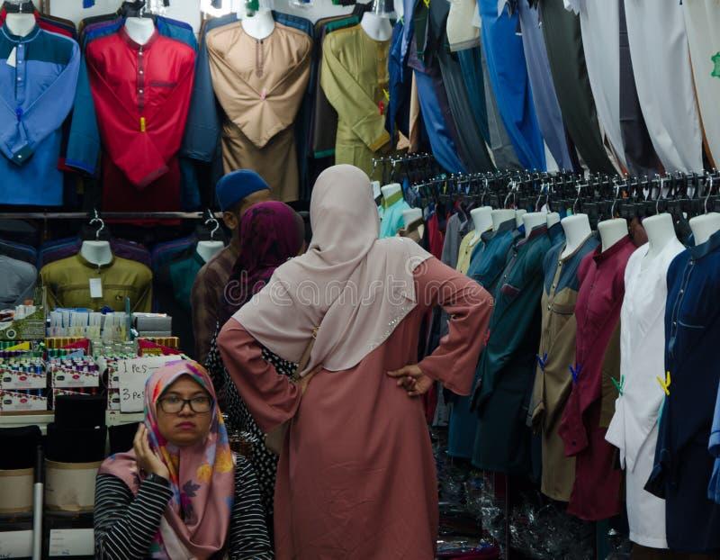 Robić zakupy w przy lokalnym rynkiem w Azja zdjęcia royalty free