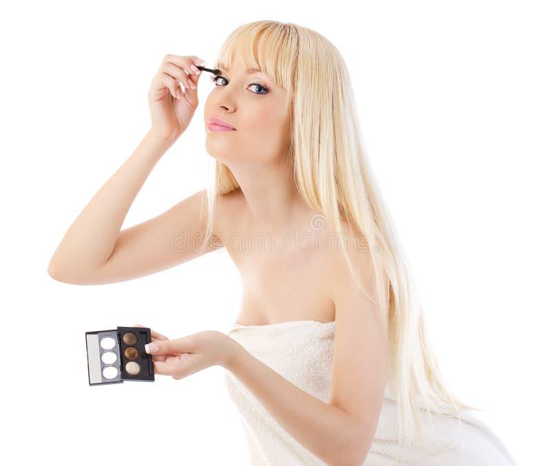 Robi ładna kobieta uzupełniający wokoło oczu obraz stock