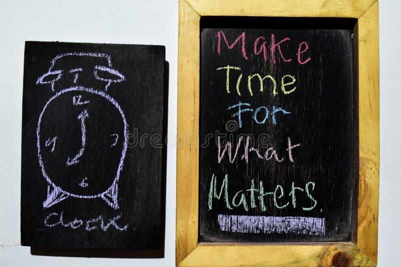 Robi czasowi Dla Jaki spraw na zwrota kolorowy ręcznie pisany na blackboard, obrazy stock