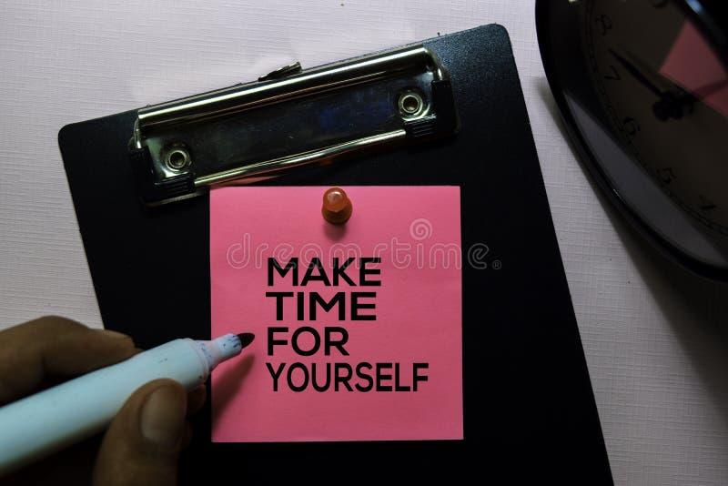 Robi czasowi Dla Ty tekstowi na kleistych notatkach odizolowywać na biurowym biurku fotografia stock