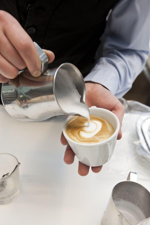 Download Robić kawie obraz stock. Obraz złożonej z spodeczek, barman - 28962207