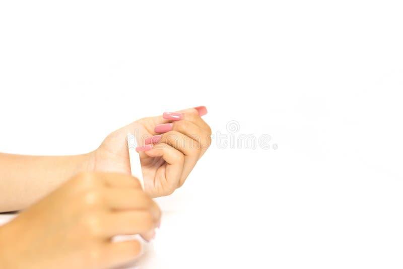 Robi manikiur kobiety Poleruje jej paznokcie z gwóźdź kartoteki isol obrazy royalty free