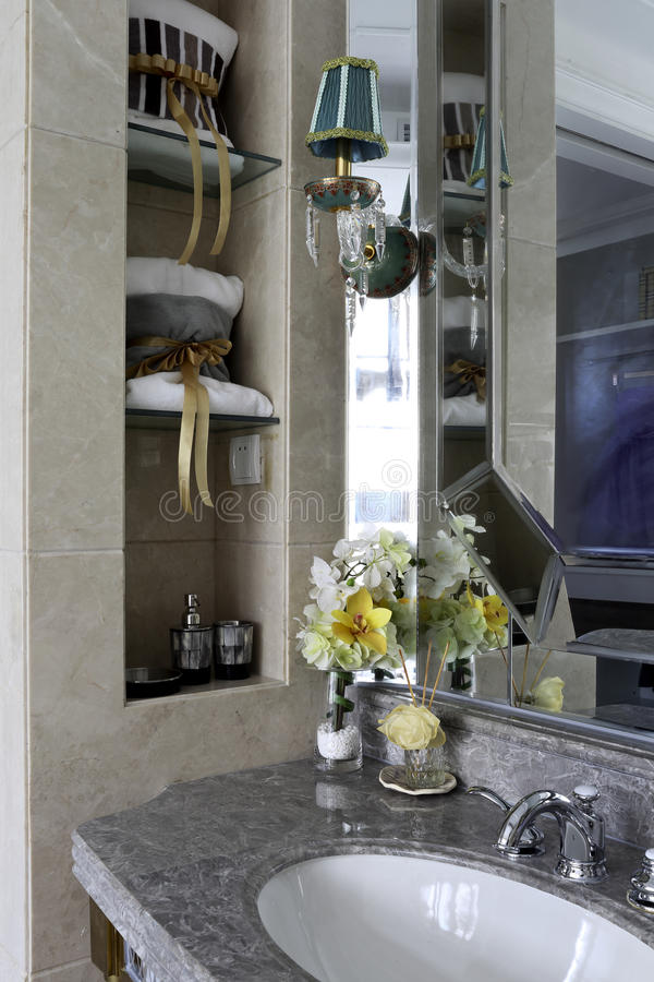 Robi pełnemu use przestrzeń w rodzinnej łazience obraz stock