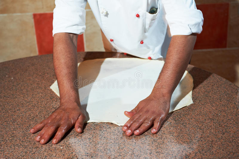 robi pizzy arabski piekarniany szef kuchni zdjęcie royalty free