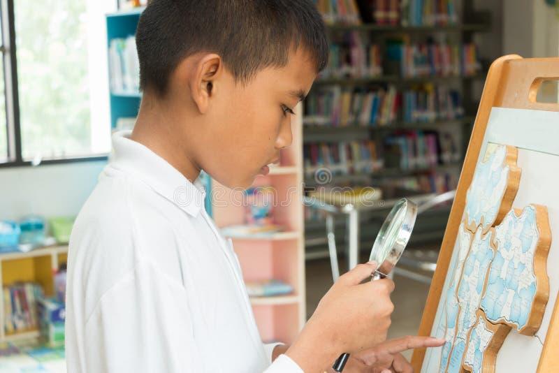 robi pracie domowej azjatykcia chłopiec obrazy royalty free