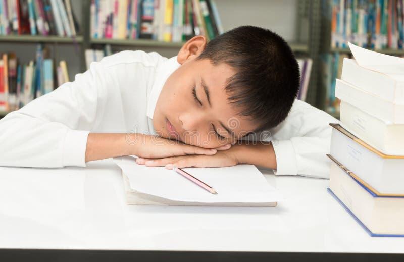 robi pracie domowej azjatykcia chłopiec obrazy stock