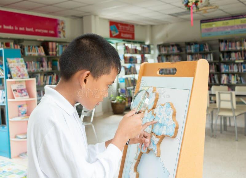 robi pracie domowej azjatykcia chłopiec zdjęcia royalty free