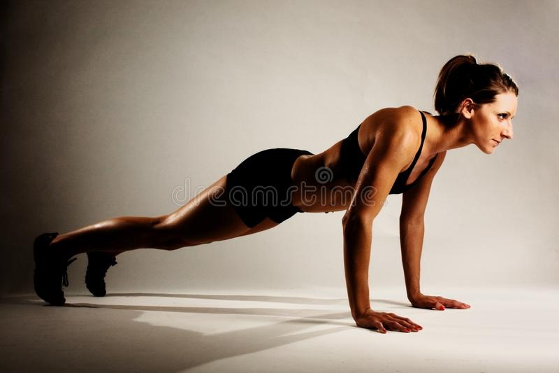 Robi Pushup Sprawności fizycznej zdrowa Kobieta zdjęcia stock