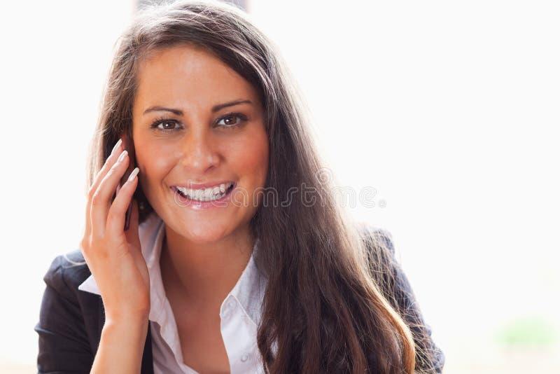 Robi rozmowa telefonicza uśmiechnięta kobieta obraz stock