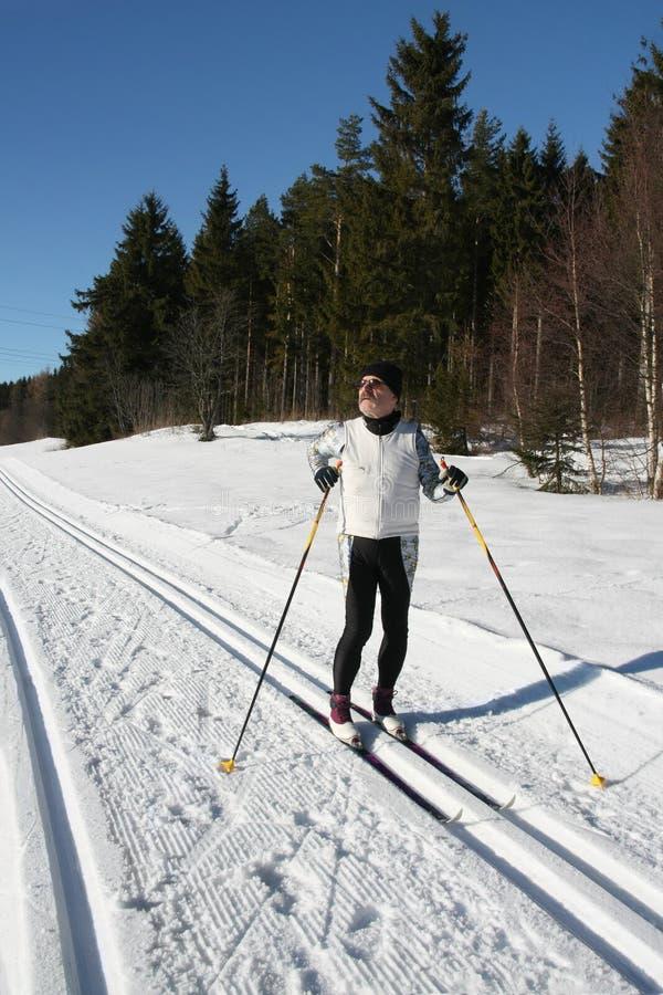 robi starszemu mężczyzna narciarstwu kraju krzyż zdjęcia stock