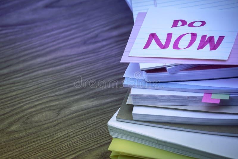 Robi Teraz; Stos Biznesowi dokumenty na biurku obrazy royalty free