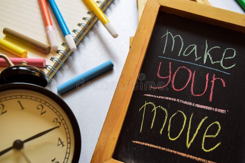 Robi twój ruchowi na zwrota kolorowy ręcznie pisany na chalkboard, budziku z motywacją i edukacj pojęciach, zdjęcie royalty free