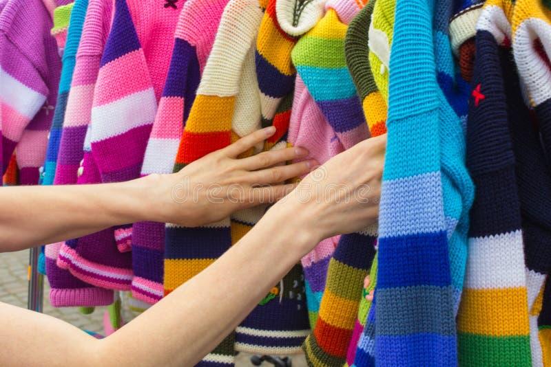 Download Robić Zakupy Odziewa Na Kramu Przy Bazarem Zdjęcie Stock - Obraz złożonej z konsument, odzież: 57652972