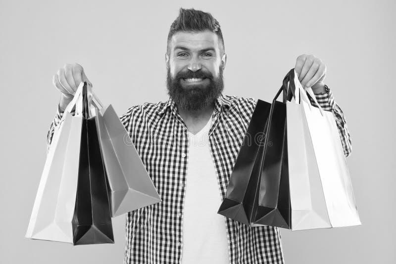 Robi robi? zakupy radosnego M??czyzny brodatego modnisia rozochocona twarz niesie papierowe torby na zakupy na ? fotografia royalty free