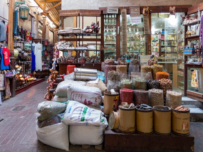 Robi zakupy w pikantności souk w Deira okręgu Dubaj zdjęcia stock