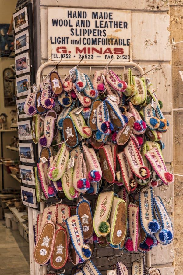 Robi zakupy w starym miasteczku Corfu Grecja zdjęcie stock