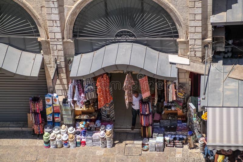Robi zakupy w Starym mieście Jerozolima, z handlarzem sprawdza telefon zdjęcia stock