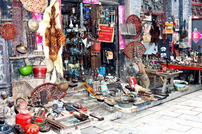 Robi zakupy z brocante pamiątkami i antykami, Chiny fotografia stock