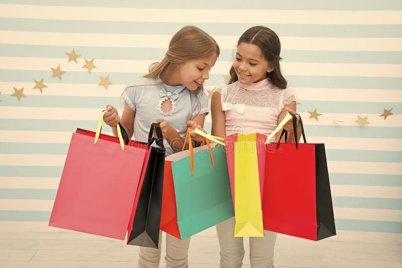 Robi? zakupy z najlepszego przyjaciela poj?ciem Dziewczyny Lubi? Robi? zakupy Dzieciak dziewczyn chwyta szcz??liwi mali torba na  fotografia royalty free