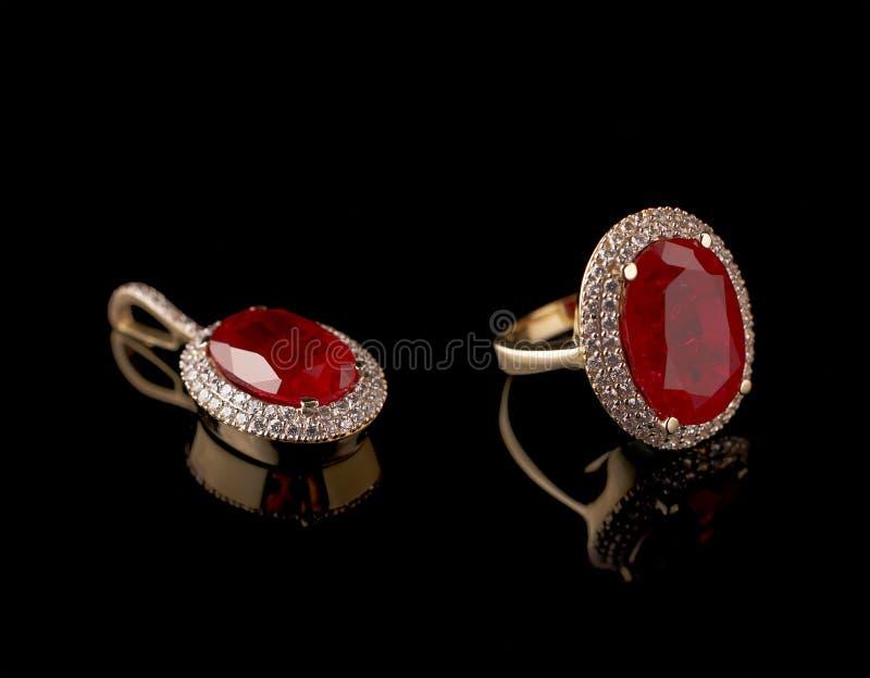 Robijnrode diamantring en tegenhanger in een reeks royalty-vrije stock foto's