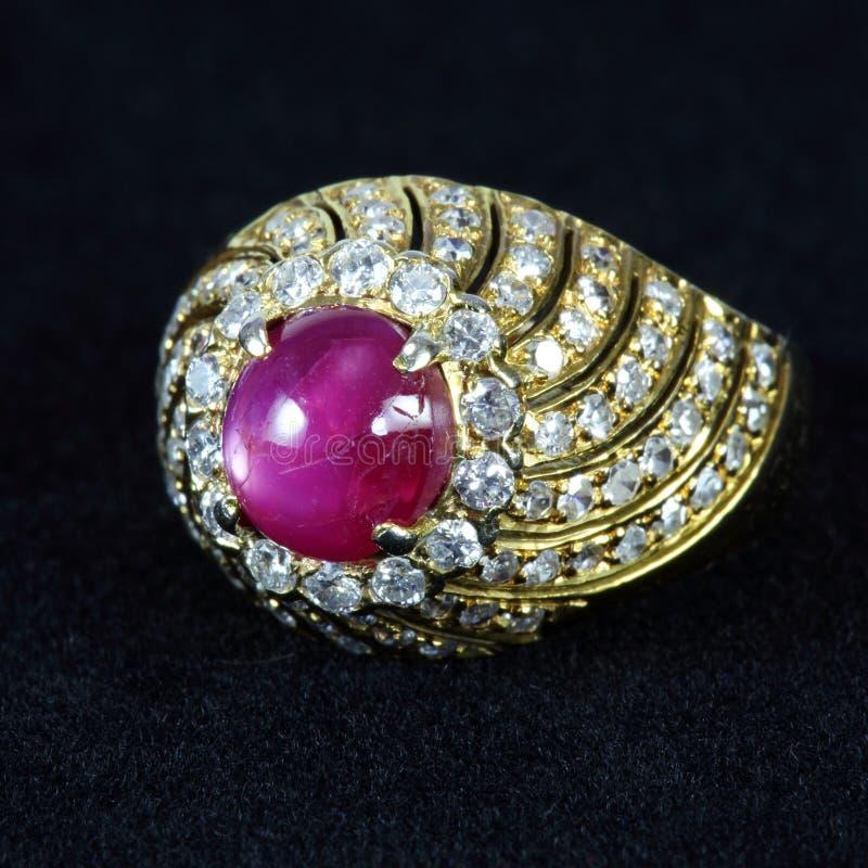 Robijnrode ring stock fotografie