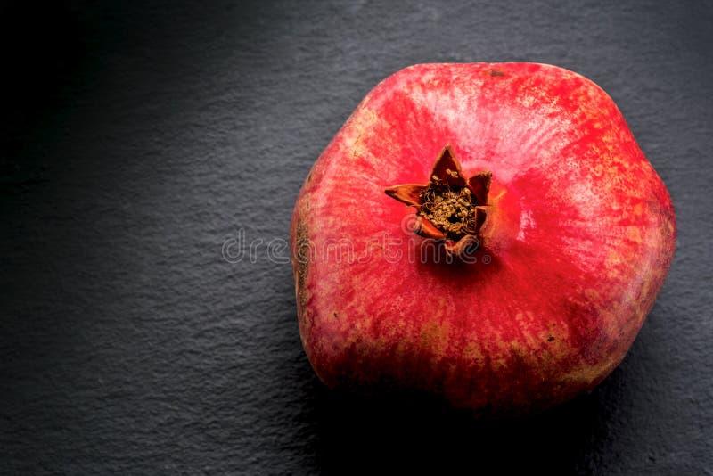 Robijnrode rode granaatappel op schalie stock afbeelding