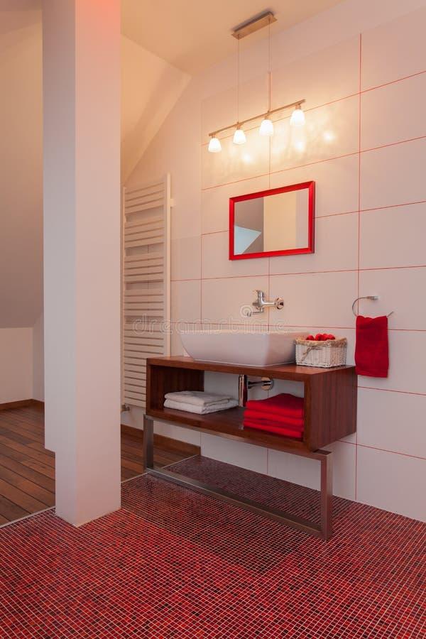 Robijnrood Huis - Romantische Badkamers Stock Foto - Afbeelding ...