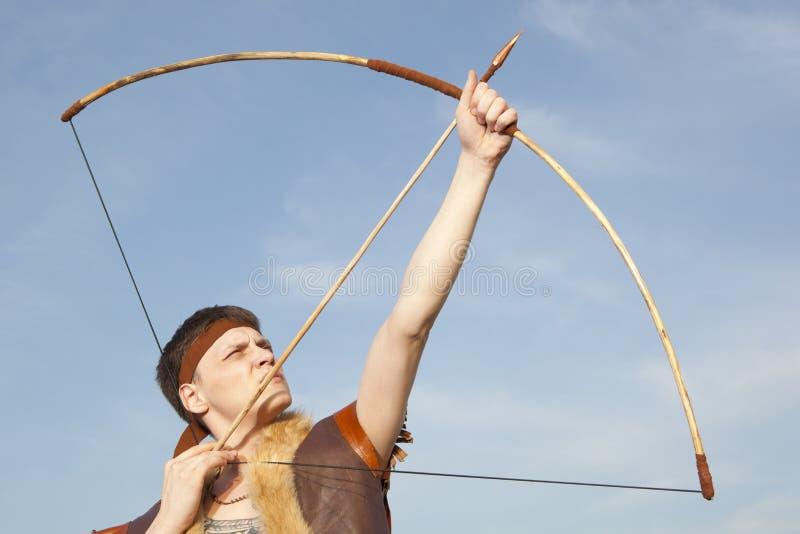 Robin Hood Archer con la flecha y el arco largo fotos de archivo