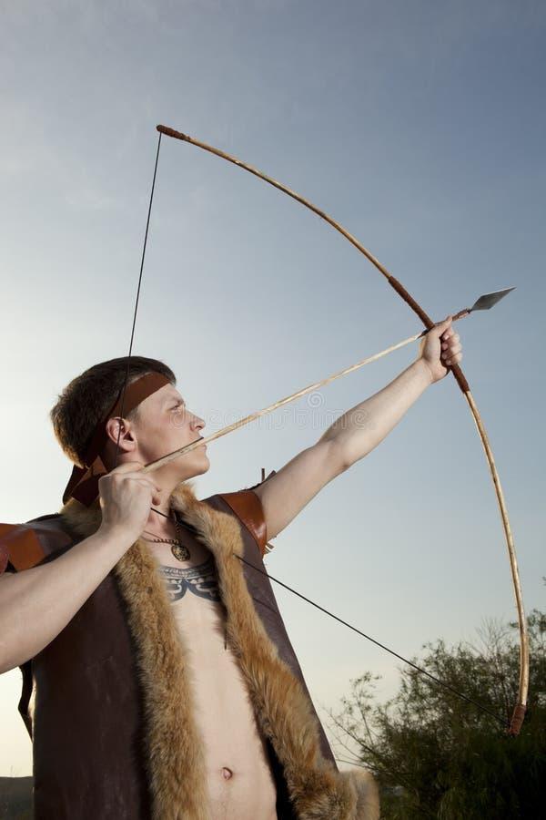 Robin Hood Archer con la flecha y el arco largo fotos de archivo libres de regalías