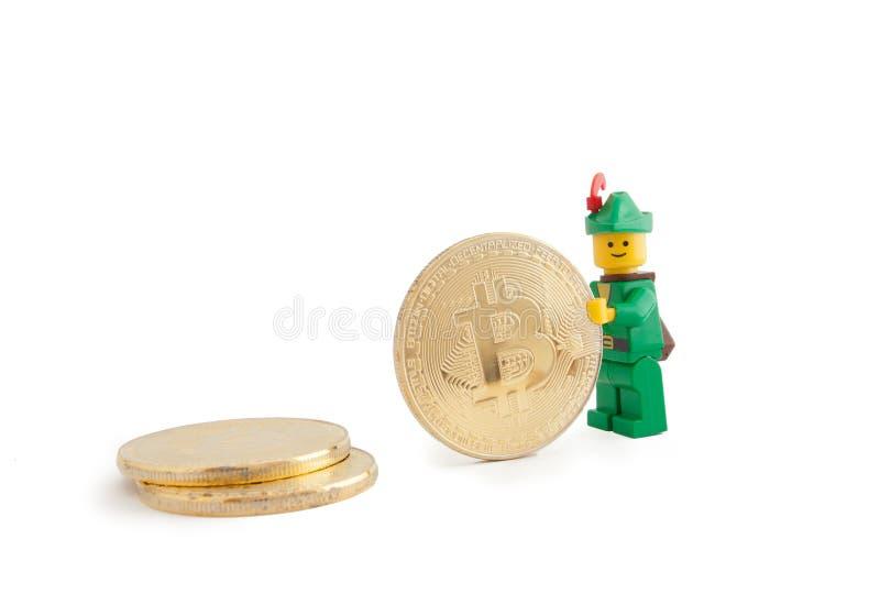 Robin Hood como a figura de Lego que está ao lado de Bitcoin inventa, o 7 de janeiro de 2018 em Veneza, Itália fotografia de stock royalty free