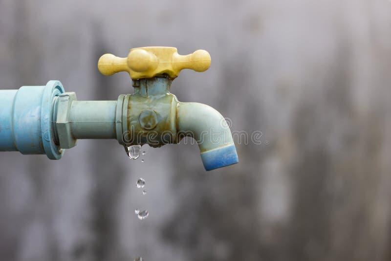 Robinet défectueux, gaspillage de cause de l'eau. photos stock