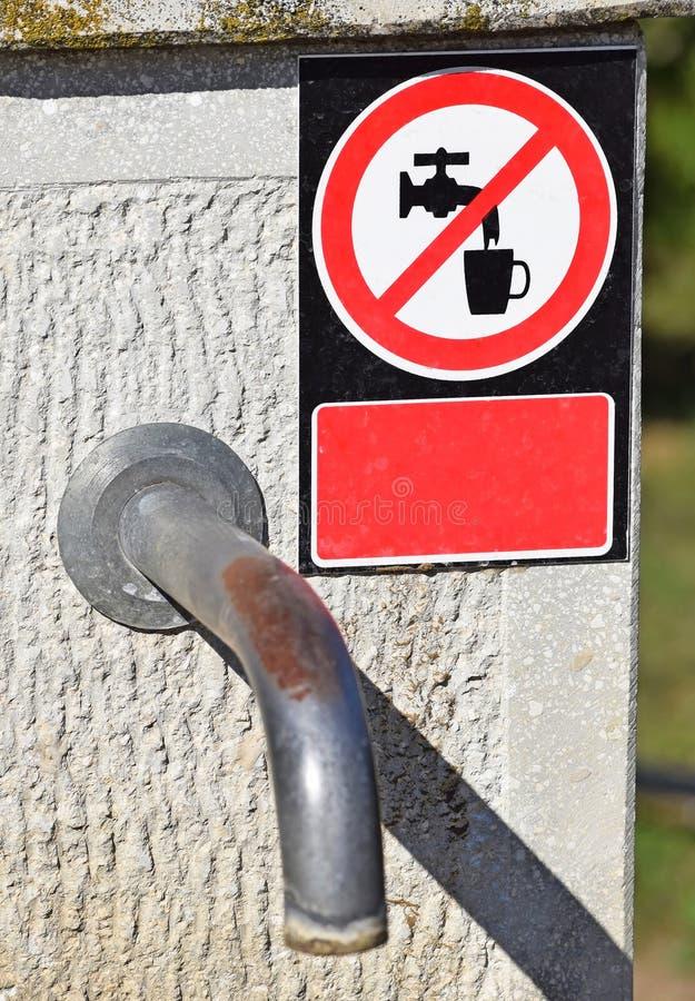 Robinet d'eau avec un signe d'eau potable pas images libres de droits
