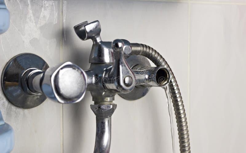 Robinet d'eau défectueux dont rupture d'écoulements d'eau images libres de droits