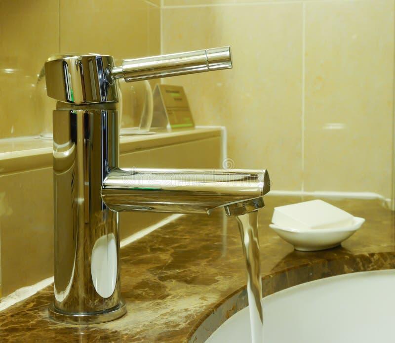 Robinet d'eau dans l'hôtel photographie stock libre de droits