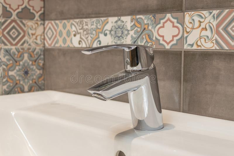 Robinet d'eau, robinet de salle de bains et robinet de cuisine Chrome a plaqu? le m?tal Fin vers le haut photos libres de droits