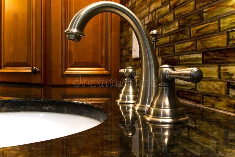 robinet dans une salle de bains moderne avec des coffrets photo stock
