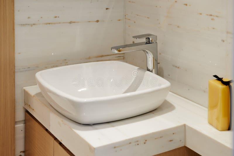 Robinet de lavabo de salle de bains photographie stock